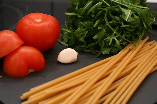 Nudeln mit Rucola und Tomaten