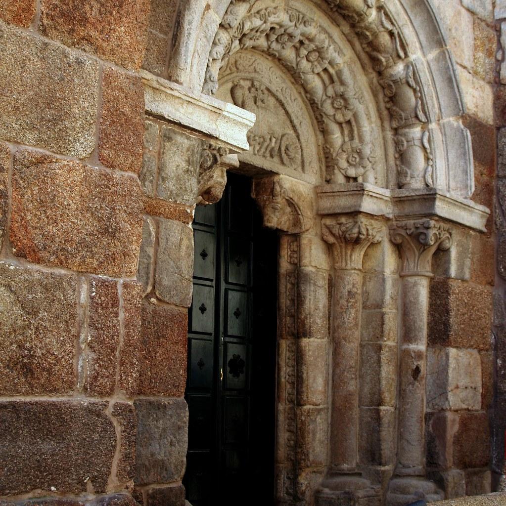 Puerta lateral románica con toros