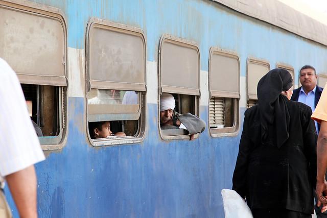 エジプト 列車でルクソールからアスワンへ ルクソール駅ホームにて