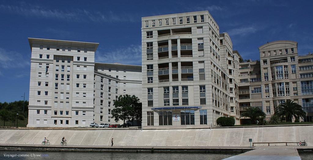 Tout le quartier respecte l'architecture voulue par Ricardo Bofill