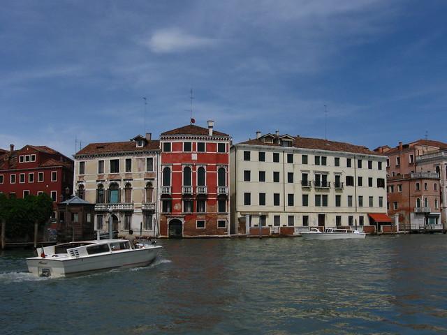 ヴェネツィアの水路とボートのフリー写真素材