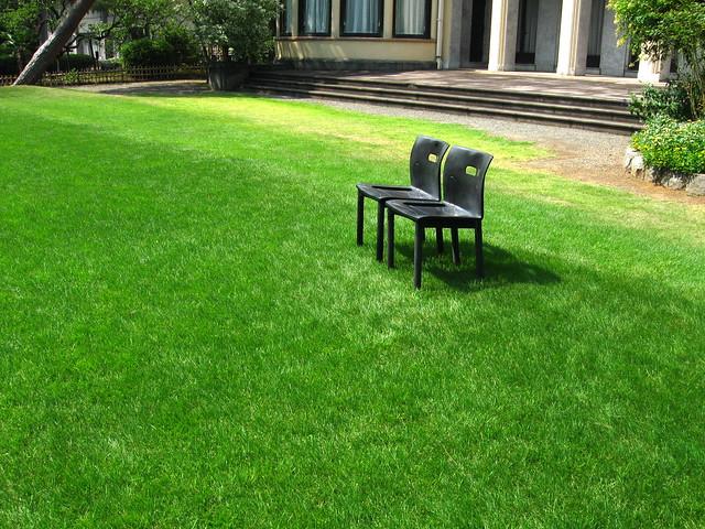 芝生の上の椅子のフリー写真素材