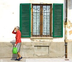 Hace calor (Xisco Diaz) Tags: italy hot window canon ventana italia alba heat cuneo calor langhe piamonte xti 400d flickrdiamond