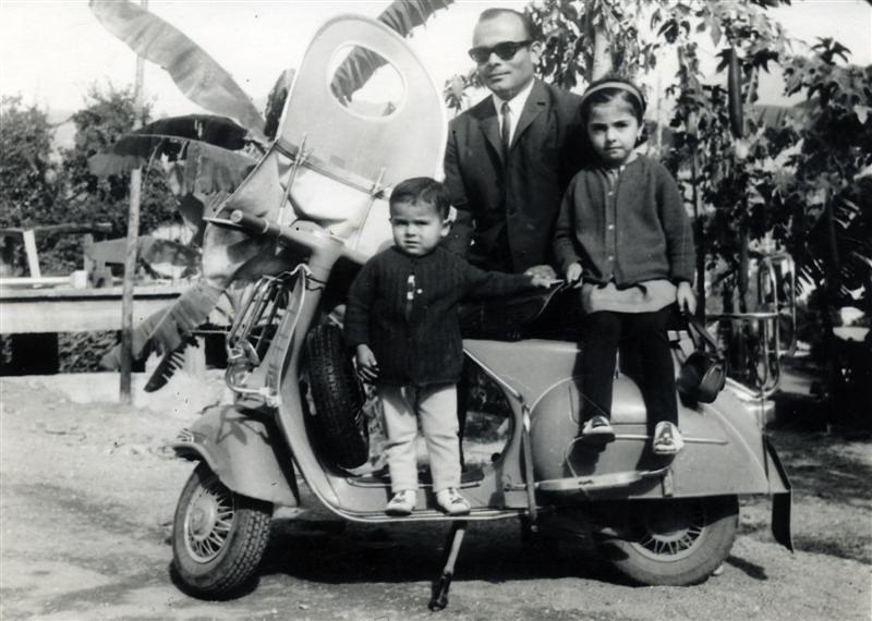 Doğan Ciğerci çocuklarıyla vesba motosikletinin üzerinde... (1960'lı yıllar) Alanya Hatıralar İki tekerlekli katır, motosiklet 2