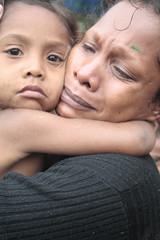 因生活困苦兒先將女兒送回家鄉的母親,終於和女兒重逢。照片提供:王郁萱。