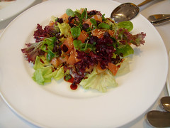 Ensalada de Gravlax con salsa teriyaki