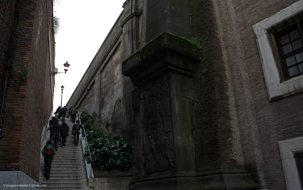 Escalier qui part de l'Arc de Septime Sévère