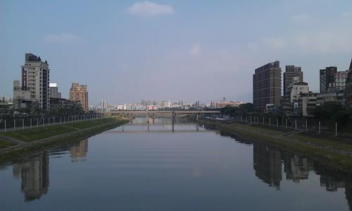 彩虹橋上用HTC Incredible S拍攝基隆河