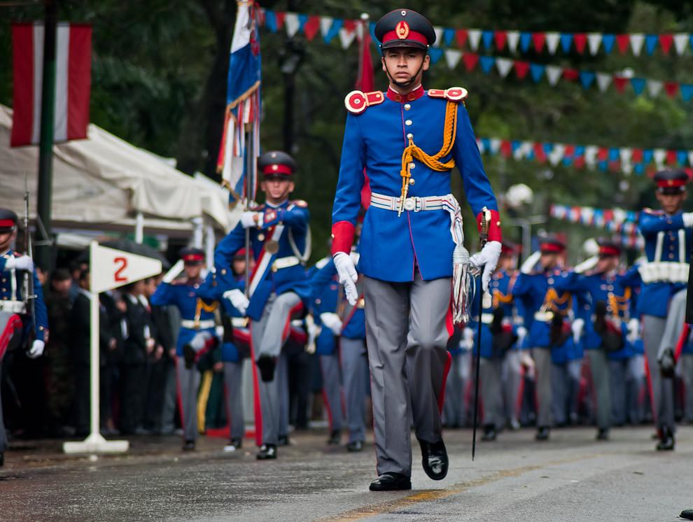 Un Subteniente de Infantería en uniforme de gala encabeza el desfile del Liceo Militar Acosta Ñú, uno de los primeros que dieron comienzo al desfile.  (Elton Núñez - Asunción, Paraguay)