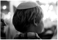 Yom kippour (DeborahLeca) Tags: dos blond enfant oreille cheveux kippa juif