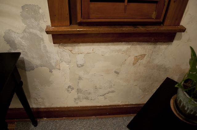 bungalow_wall_damage_44