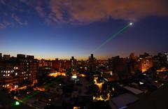 """Directo a la luna"" (Marcelo Savoini) Tags: moon verde green nikon luna fisheye laser 105 straight directo 200mw d7000"