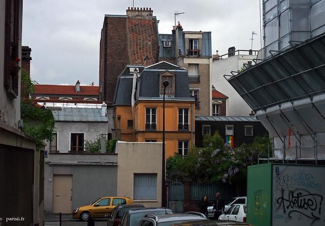 Maison aux couleurs vives, ça change de la grisaille environnante