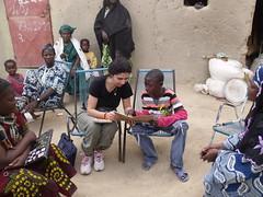 Avec Amadou, montrant son cahier de devoirs à la présidente de Ma Belle Ecole