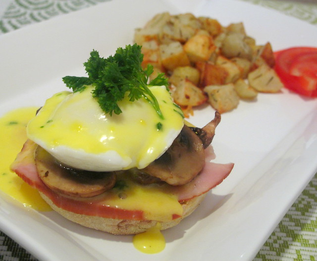 egg-benedict-hollandaise-sauce-ham-mushrooms-baked-potatoes-7