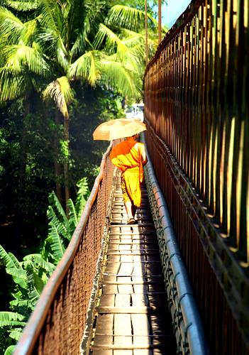 Luang Prabang - Monje en puente
