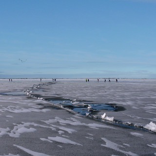Crossing the ice floe crack on the Gouwzee