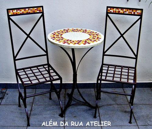 mesa em mosaico e cadeira de ferro com mosaico