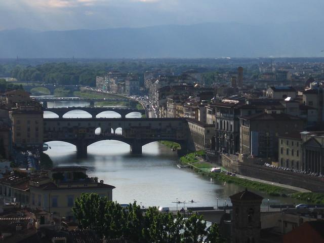 フィレンツェの川の眺めのフリー写真素材
