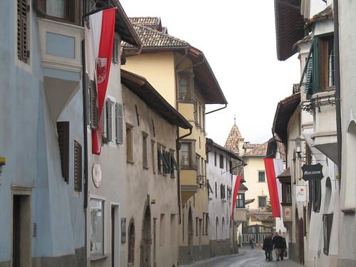 Das Weindorf St. Pauls mit festlichen Tiroler Fahnen