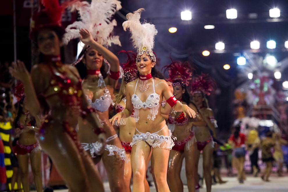 La Comparsa de Brahma con un despliegue de colores y lentejuelas, baila entreteniendo al público presente. (Tetsu Espósito - Encarnación, Paraguay)