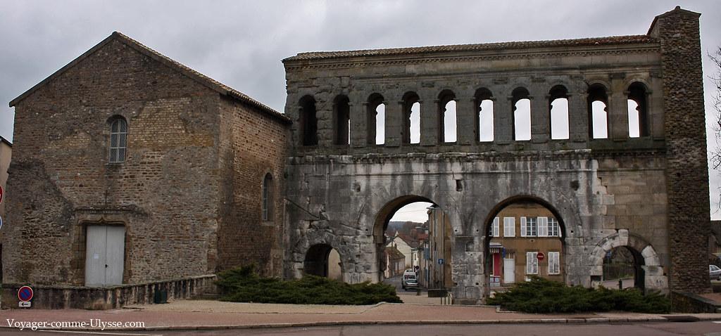 A gauche, l'ancienne tour romaine, devenue église au Moyen-âge