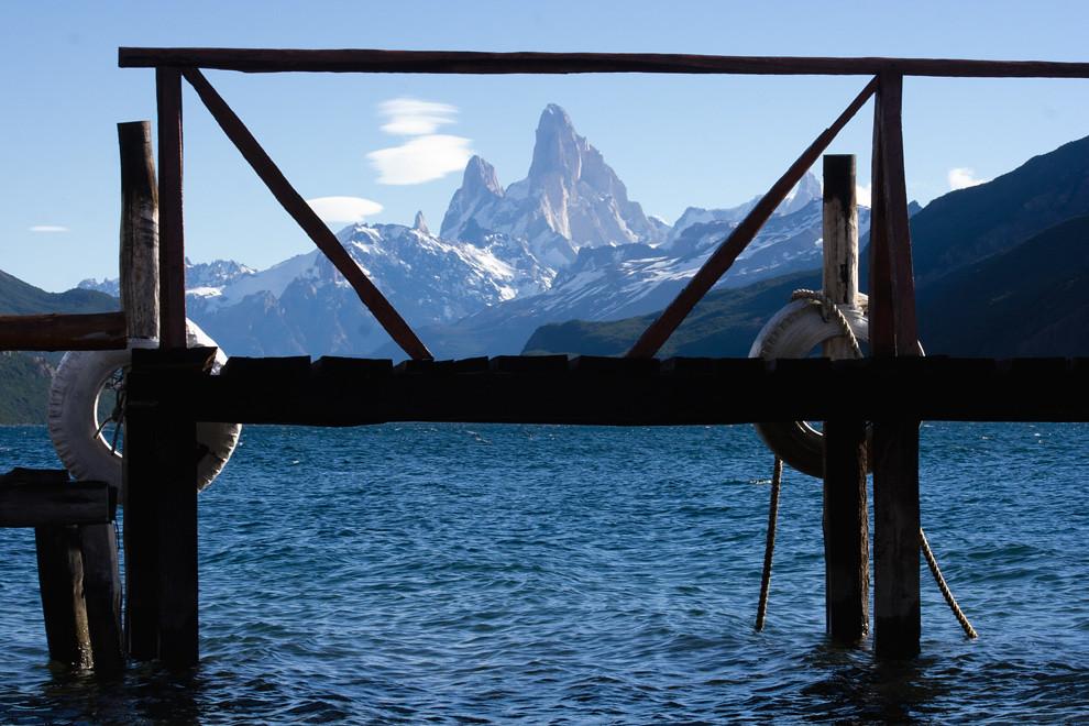 Nubes lenticulares coronan la torre Poicenot. Una vista desde el Lago eléctrico mientras esperamos el barco que nos lleve de regreso. (Guillermo Morales -  Patagonia, Argentina)