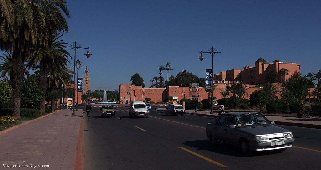 Vue générale sur une des portes principale de la ville, avec au fond, la Koutoubia