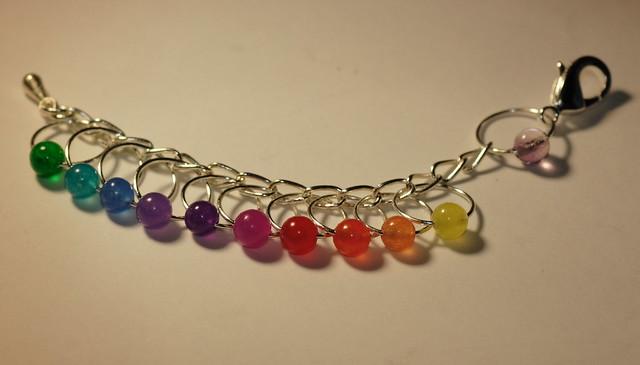 Sølvfisk - sølvfarget lenke og wire og krok, 10 markører i regnbue - 5 mm, fluorite perle ved kroken     IMG_4694