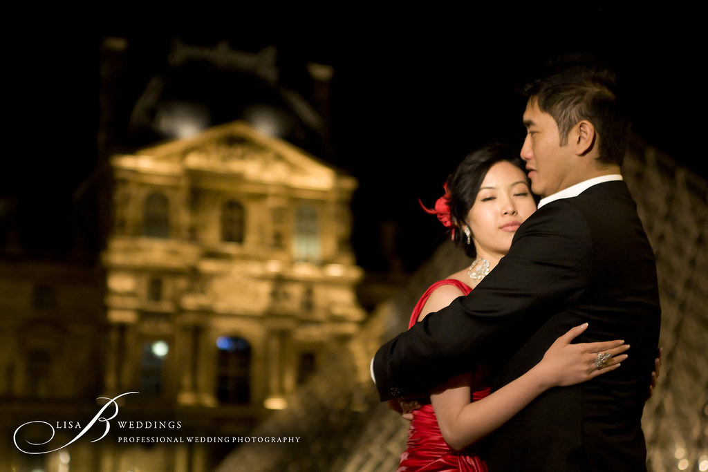 here is a photo of a wedding couple outside Louvre in Paris
