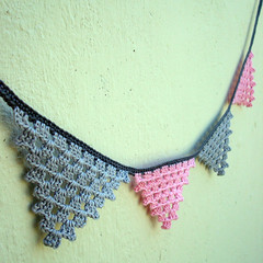 Feliz dia do arteso! (Maria Handmade) Tags: pink rose handmade crochet gray artesanato craft garland cinza bunting crafters bandeirolas bandeirinhas croch maryangela arteso diadoarteso mariahandmade