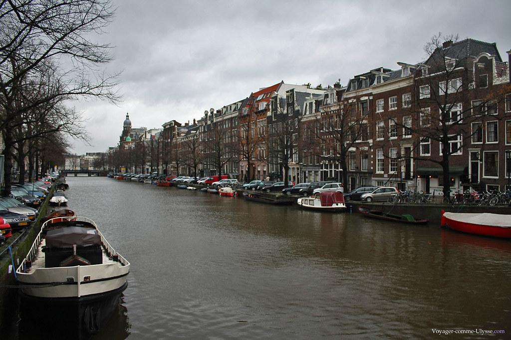 De nombreux bateaux sont stationnés le long des canaux