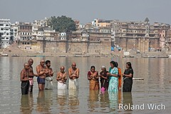 Varanasi - Ceremony in the Ganges (Rolandito.) Tags: water river ceremony bank east varanasi ritual ganga ganges benares