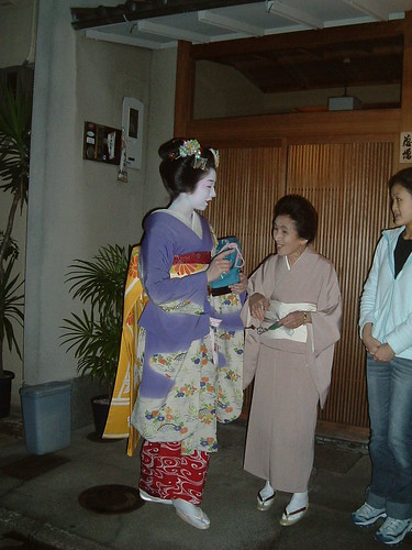 Maiko Terukoma con okasan y shikomi (Gion, Kioto)