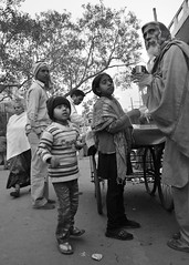 Que se passe-t-il ? ... (amaury_217) Tags: street portrait blackandwhite bw india man children nikon child noiretblanc delhi oldman nb surprise rue enfant newdelhi streetview homme amaury etonnement amaury217 d7000inde