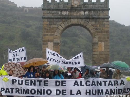 Cabecera de la manifestación atravesando el Puente de Alcántara