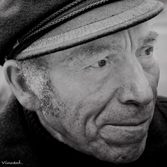 le vieil homme et sa casquette ([ Vincent Leroux Photo ]) Tags: portrait white black blanco canon blackwhite flickr noir negro tours blanc ag flickraward