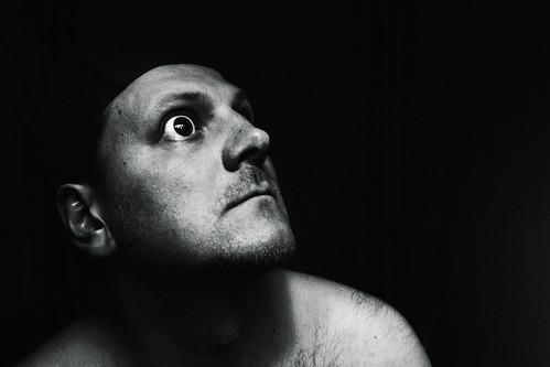 [フリー画像] 人物, 男性, 見上げる, 驚く, モノクロ写真, イギリス人, 201103301300