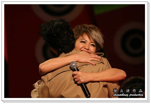 Amy hug Wang Lee Hom 王力宏