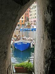 Camogli dal buco (otorongo61) Tags: italien sea italy see barca italia mare liguria olympus barche buco camogli colori cornice sp550