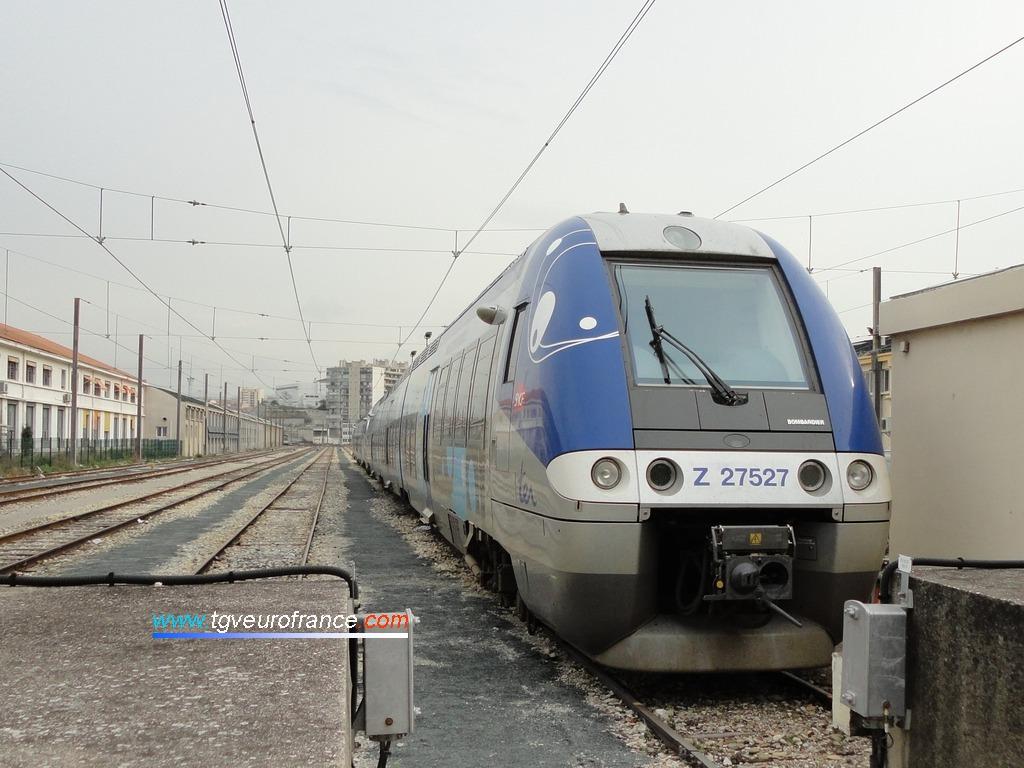 Une automotrice ZGC de la SNCF en stationnement en gare de Marseille Saint-Charles