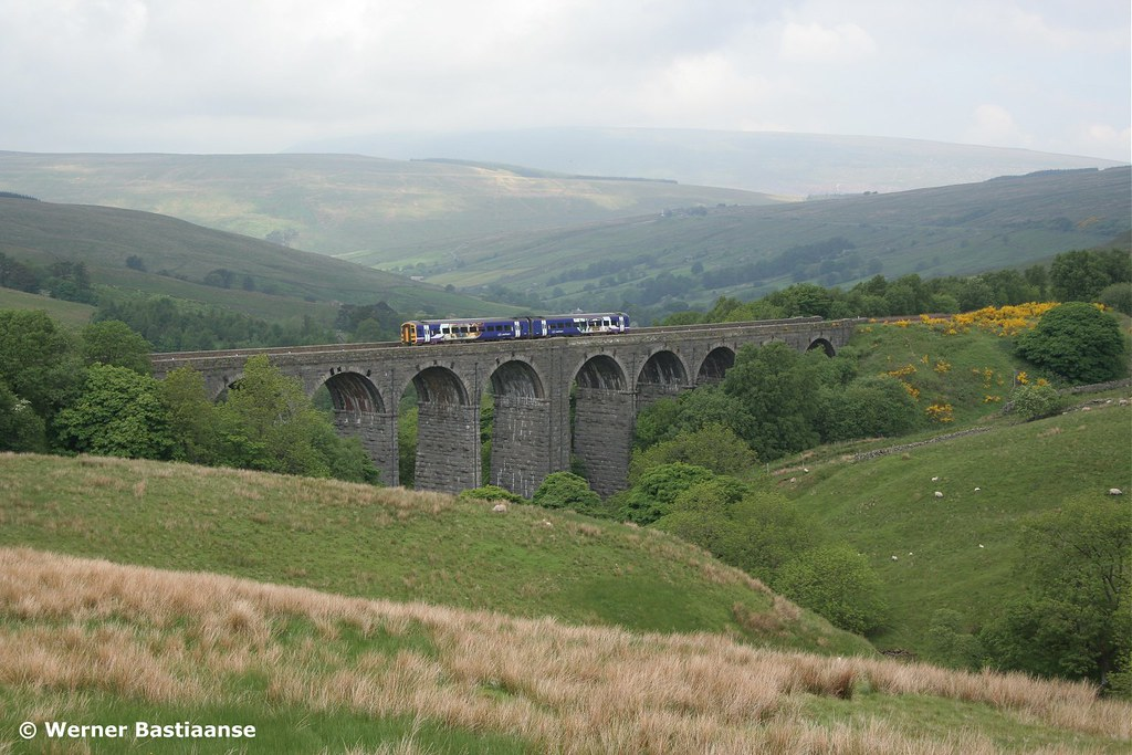 Norhtern Rail 158 op Dent Head Viaduct