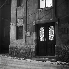 E / 09 (OverdeaR [donkey's talking monkey's nodding]) Tags: street windows urban bw snow 120 6x6 film 30 architecture night facade mediumformat square lens wire doors nocturnal kodak tmax decay tripod serbia ps scan negative bronica wires scanned hood belgrade passage grad beograd f28 comp stari sqa srbija macadam 80mm justkidding tmx100 majka eseries microphen 8028 zenzanon dorćol haustor autaut šipka 100ei 15ev cs8800f hatersgonnahate