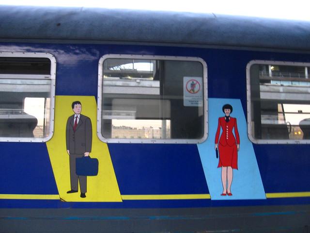 男女の絵が描かれた電車のフリー写真素材