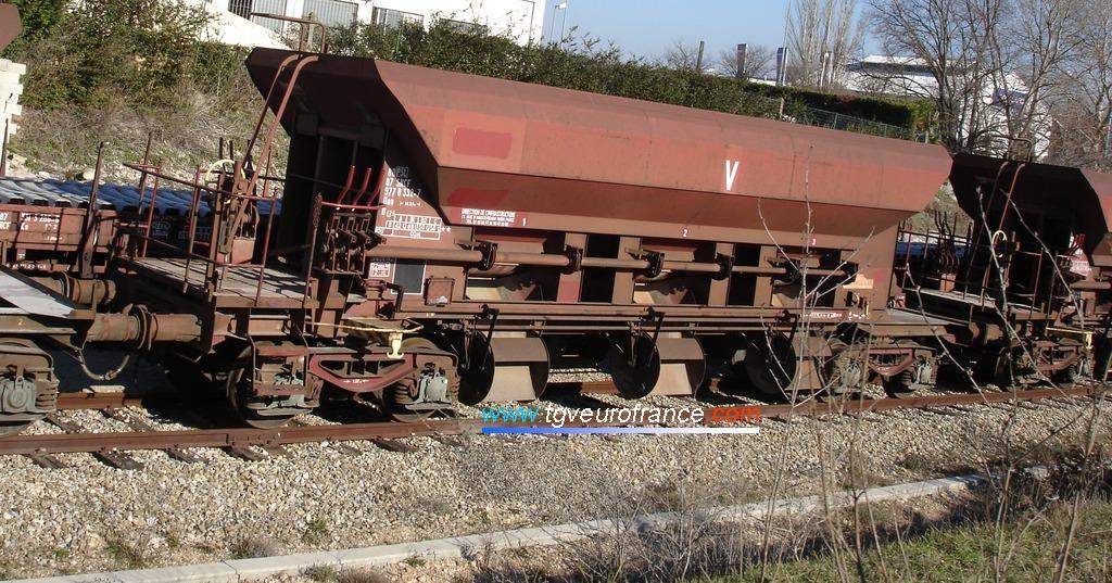 Un wagon de transport de ballast de la Division de l'Infrastructure de la SNCF