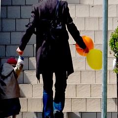 Prendre un enfant par la main (manu/manuela) Tags: colors balloons stair child couleurs father steps ballons enfant padre colori pre bambina marches grimper ftedespres monter salire palloni paternit