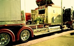 PETERBILT PLUM CLASSY (NOMAD ETERNUS) Tags: tractor ford truck florida semi firetruck international chevy chrome semitruck peterbilt kenworth overtheroad louvers truckshow customtruck stakebody chromewheel wildwoodflorida petelabarbera