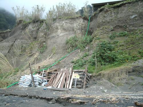 Praia da Ribeira Quente - Entulho anti-derrocada 1