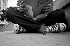 Proyecto 365 - 89/365 Mi vida sin Hailey (DannEpp) Tags: selfportrait canon rebel book leer libro bn converse sentado xs project365 proyecto365