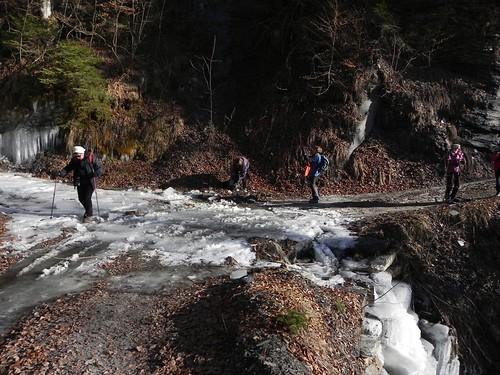 Traversée de ruisseau glacé au Passieu 009